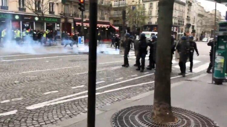 Policías disparan gases lacrimógenos