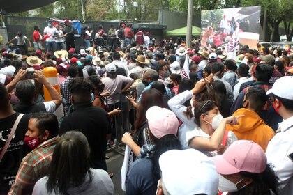 Simpatizantes de Morena durante protesta afuera del Instituto Nacional Electoral (Foto: Karina Hernández / Infobae)