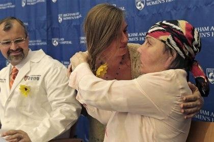 Carmen Blandin Tarleton de Thetford, Vt., A la derecha, es abrazada por Marinda Righter, hija de la donante de cara Cheryl Denelli-Righter, en el Hospital Brigham and Women's de Boston en mayo de 2013. (Foto: Charles Krupa/Associated Press)