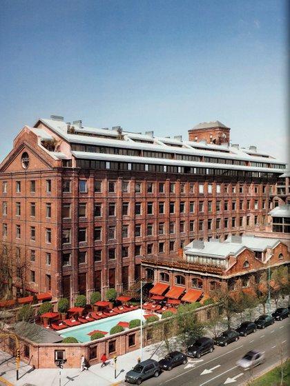 Cuatro años después, en el 2004, abrió el Hotel Faena Buenos Aires en el corazón del barrio de Puerto Madero. Ocupa toda la manzana entre las calles Martha Salotti , Aimé Painé, Juana Manso y Petrona Eyle
