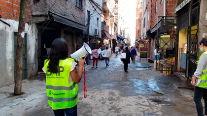 Una de las cuadrillas que realizan las recorridas territoriales con megáfonos por las calles internas de los barrios