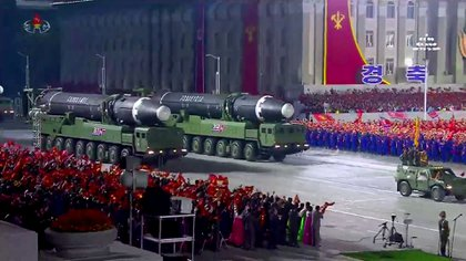 Misiles balísticos intercontinentales de Corea del Norte durante un desfile en Pyongyang (KCNA/AFP)