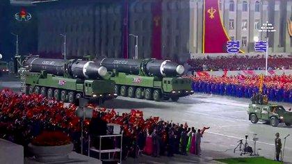 Los misiles intercontinentales Hwasong-12 durante un desfile militar en Pyongyang en octubre de 2020. (KCNA VIA KNS / AFP)