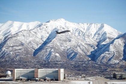 Un piloto de la Fuerza Aérea de los Estados Unidos despega en su avión F-35A para participar en un ejercicio de poder de combate (Reuters)