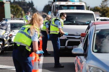 Policías controlan el motivo por el que circula un automovilista en Auckland en medio de la pandemia de coronavirus (Archivo / Dean Purcell/New Zealand Herald via AP)