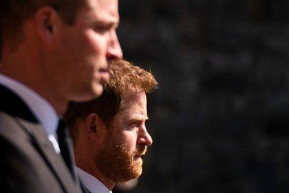 El príncipe Harry y su hermano Willian fueron separados durante el cortejo fúnebre del duque de Edimburgo (AP)