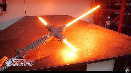Un prototipo anterior del sable de luz diseñado a partir del que usa Kylo Ren en 'El Despertar de la Fuerza'. Este modelo no es retráctil y esta hecho de metal sólido.
