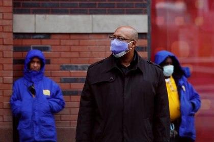Ciudadanos utilizan máscaras mientras esperan el transporte público en Manhattan, Nueva York REUTERS/Lucas Jackson
