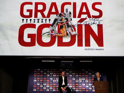 Diego Godín en la sala del Wanda Metropolitano junto a Enrique Cerezo, presidente de la institución (Reuters)