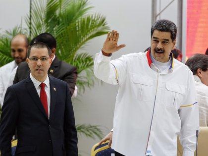 En la imagen, el presidente de Venezuela, Nicol�s Maduro (d), junto al canciller Jorge Arreaza. EFE/Ernesto Mastrascusa/Archivo