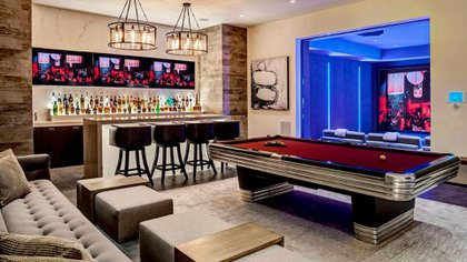 La mesa de billar y la barra de tragos en la sala de estar