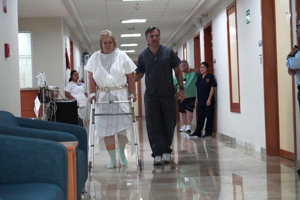 """Carlos Bauque, fisioterapeuta, ayudando a Ferguson en el Hospital Galenia. """"Incluso si tuviera que pagar, volvería aquí"""", dijo Ferguson (Foto: Rocco Saint-Mleux para Kaiser Health News)"""