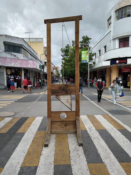 Los manifestantes llevaron una guillotina a las inmediaciones del Congreso (IG: @ruda.gt)