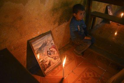 Un niño toma parte en el Via Crucis en el pueblo de Patrocinio (Orlando  ESTRADA / AFP)