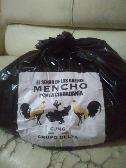 El pasado mes de mayo, presuntos sicarios a nombre del Mencho repartieron despensas en Tlajomulco de Zúñiga (Foto: Twitter/TapatioNegrito)