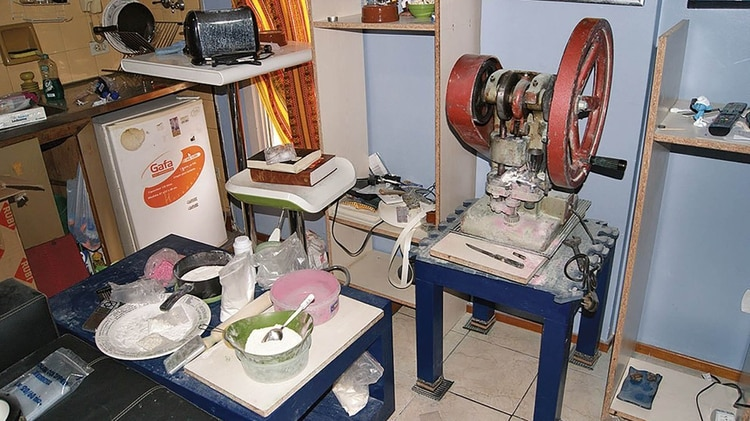 Octubre de 2013: la fábrica de pastillas sobre el gimnasio en Viamonte.