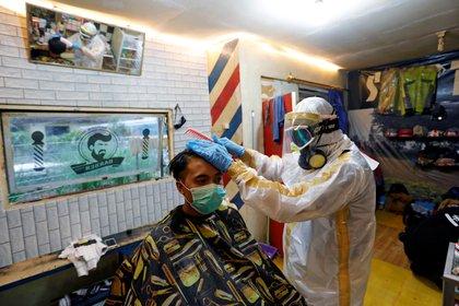 El uso de equipo de protección personal en una estética previno un brote de COVID-19 en Misuri (Foto: REUTERS/Willy Kurniawan)