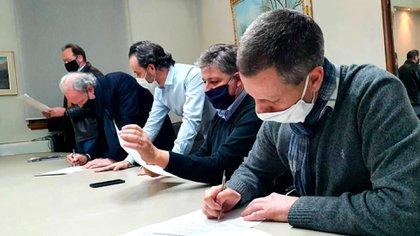 Funcionarios, empresarios y trabajadores, firman el acta que resolvió el conflicto pesquero (Foto: Ministerio de Agricultura, Ganadería y Pesca de la Nación)