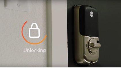 La cerradura se abre cuando el repartidor escanea el código del pedido y esta solicitud es verificada por Amazon