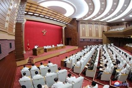 Kim Jong Un dirige un plenario del Comité Central del Partido Comunista. KCNA via REUTERS