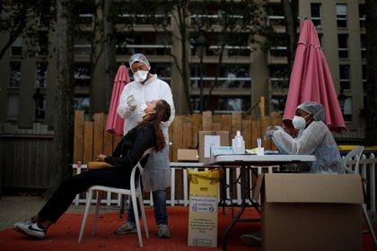 Un trabajador sanitario realiza un hisopado en Bassin de la Villette, en París (Reuters/ Gonzalo Fuentes)