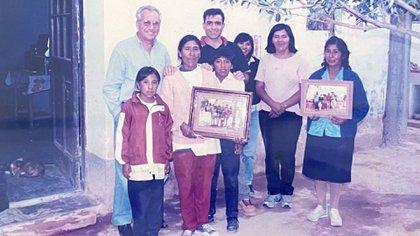 (Eulogia Tapia junto a algunos de sus vecinos en La Poma)
