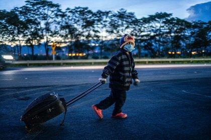 Sebastián Ventura, de seis años, camina en el segundo día de su trayecto de seis meses en busca de un hogar