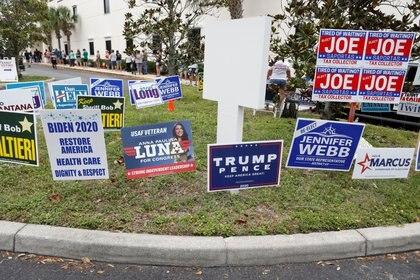Carteles de campaña colocados cerca de un centro de votación en el Condado de Pinellas (REUTERS/Octavio Jones)
