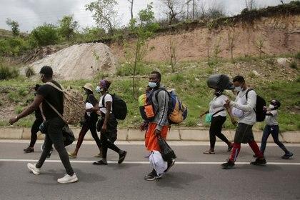 Imagen de archivo. Migrantes africanos, cubanos y haitianos, que están varados en Honduras después del cierre de fronteras debido al brote de la enfermedad del coronavirus (COVID-19), viajan hacia el norte en un intento de llegar a Estados Unidos, en Choluteca, Honduras. 2 de junio de 2020. REUTERS / Jorge Cabrera