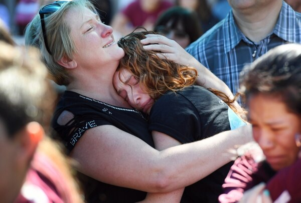 Un madre abraza a su hija tras el tiroteo en Parkland (Foto: Washington Post, Matt McClain)