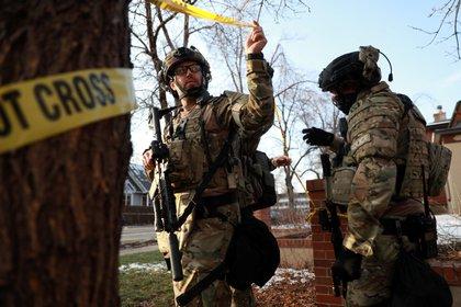Agentes salen de una casa en Boulder como parte de su investigación sobre la masacre en la tienda de comestibles King Soopers (Reuters)