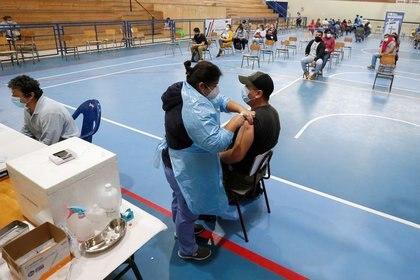 Un hombre recibe una dosis de la vacuna contra el COVID-19 de Pfizer/BioNTech en un gimnasio en medio del brote de coronavirus, en Villa Alemana, Chile, Abril 28, 2021. REUTERS/Rodrigo Garrido