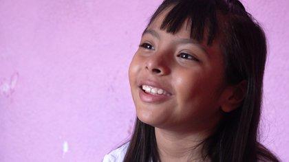 """En 2019, Adhara Pérez fue elegida por la revista """"Forbes"""" como una de las 100 mujeres más poderosas de México. A su lado en la publicación estaba Carmen Félix, Ingeniera y Científica Espacial mexicana a la que Adhara admira (Foto: Juan Vicente Manrique/Infobae)"""