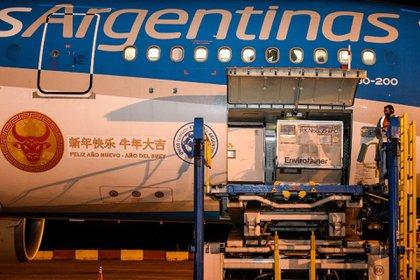 El 25 de febrero, el vuelo AR1050 de Aerolíneas Argentinas llegó al Aeropuerto Internacional de Ezeiza con 904.000 dosis de la vacuna Sinopharm contra COVID-19