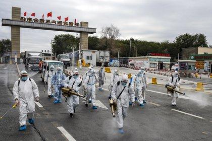27/10/2020 Un grupo de voluntarios en labores de desinfección de una vía en la ciudad de Urumchi en la región china occidental de Xinjiang. POLITICA ASIA JAPÓN ASIA CHINA ASIA HONG KONG INTERNACIONAL TPG / ZUMA PRESS / CONTACTOPHOTO
