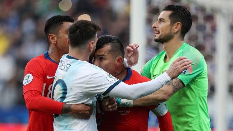 Ambos futbolistas fueron expulsados tras el cruce que protagonizaron en aquel partido (Reuters)