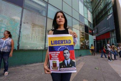 Venecia Zambrano, hermana del coronel preso Pedro Zambrano Hernández, en protesta en la DGCIM