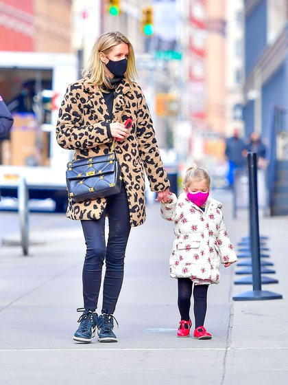 They set a trend with their look. Nicky Hilton went for a walk with her daughter, Lily-Grace - four years old - through the streets of New York. The businesswoman wore an animal print coat and black mask, while the little girl wore a white jacket with printed flowers and pink mask