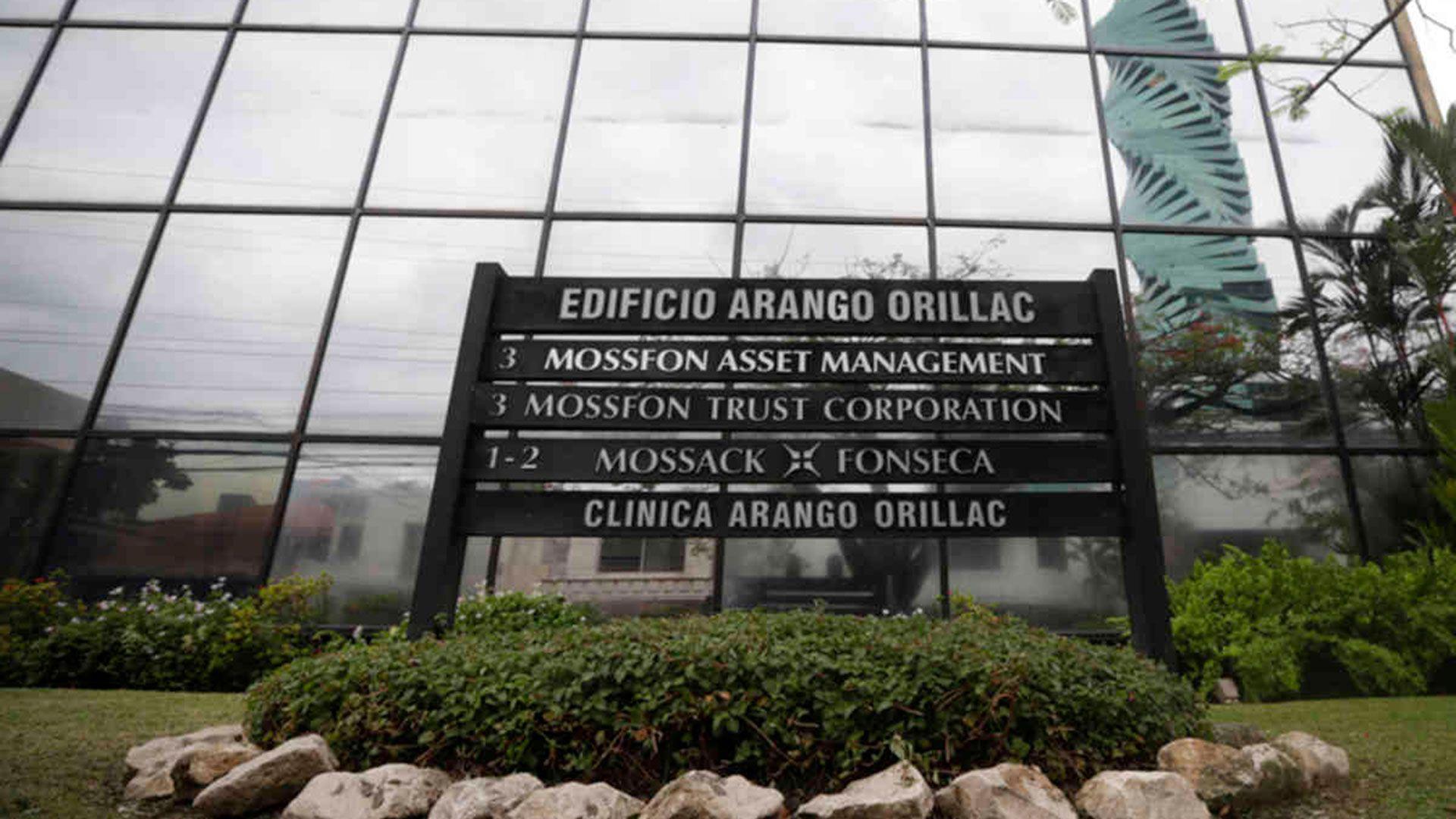 El estudio panameño Mossack Fonseca quedó envuelto en el medio del escándalo y cerró sus puertas en 2018. (AP Foto/Arnulfo Franco)