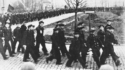 Marineros alemanes durante una manifestación política en Kiel, en 1918