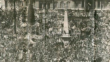 """""""Vea, vea, vea / qué manga de boludos / votamos a una muerta / a una puta y a un cornudo"""", cantó Montoneros en la Plaza de Mayo"""