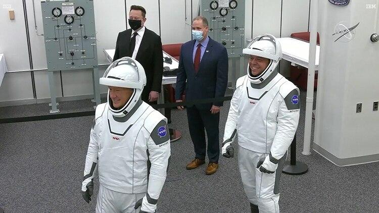 El fundador de SpaceX, Elon Musk, y el administrador de la NASA, Jim Bridenstine, posan para una foto con los astronautas de la NASA Douglas Hurley y Robert Behnken antes de que se dirijan a lanzar el Pad39A para abordar un cohete SpaceX Falcon 9 (NASA/Handout via REUTERS)
