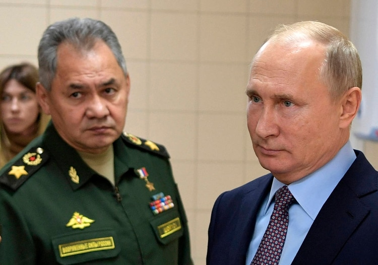 El presidente ruso Vladimir Putin, a la derecha, y su ministro de Defensa, Sergei Shoigu, visitan un centro tecnológico militar en Anapa, Rusia, el jueves 22 de noviembrede 2018 (AP)