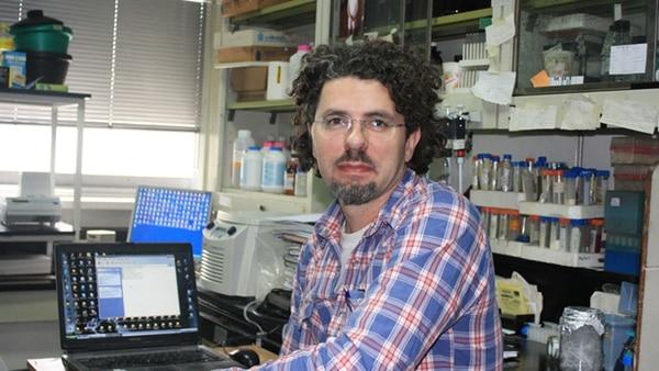 El doctor Caramelo en su laboratorio en el Instituto Leloir