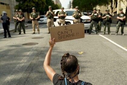 """Una mujer en Washington sostiene un cartel que dice """"No puedo respirar"""", unas de las últimas palabras de George Floyd antes de morir a manos de la policía en Minneapolis (REUTERS/Erin Scott)"""