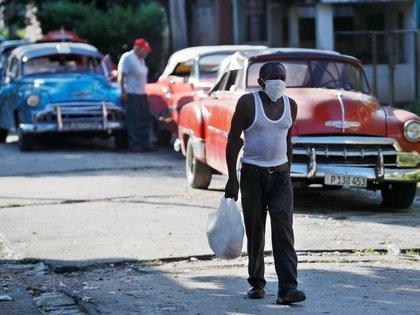 Un hombre usa tapabocas mientras camina por una calle de La Habana (Cuba). EFE/Yander Zamora/Archivo