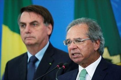 El ministro de Economía de Brasil, Paulo Guedes, habla a un costado del presidente de Brasil, Jair Bolsonaro, durante una rueda de prensa en Brasilia, Brasil. 1 de abril de 2020. REUTERS/Ueslei Marcelino