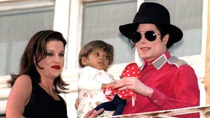 """Cuando comenzó su amistad con Jackson, Presley vivía con su primer esposo, con quien dieron el sí en 1988. """"Yo estaba completamente enamorada de Danny, pensé que Michael era raro y no tenía interés en conocerlo"""", recordó en una entrevista que brindó en 2003 (Shutterstock)"""
