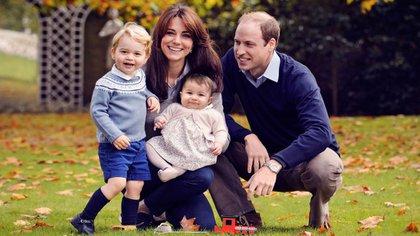 El príncipe William y Kate Middleton con sus hijos Charlotte y George