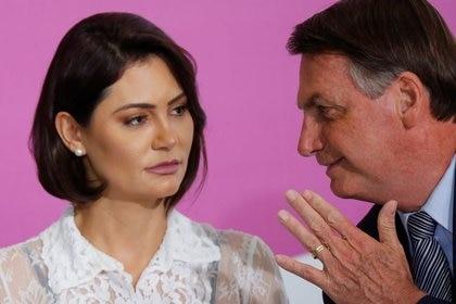 IMAGEN DE ARCHIVO. El presidente brasileño, Jair Bolsonaro, conversa con su esposa Michelle Bolsonaro durante una ceremonia en el Palacio Planalto, en Brasilia, en marzo pasado, cuando la pandemia todavía no golpeaba a la sociedad brasileña (Reuters)